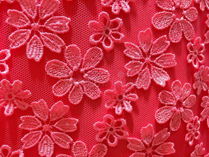 Ρόδινο λουλούδι στα ενδύματα υφάσματος διάτρητων στοκ φωτογραφίες