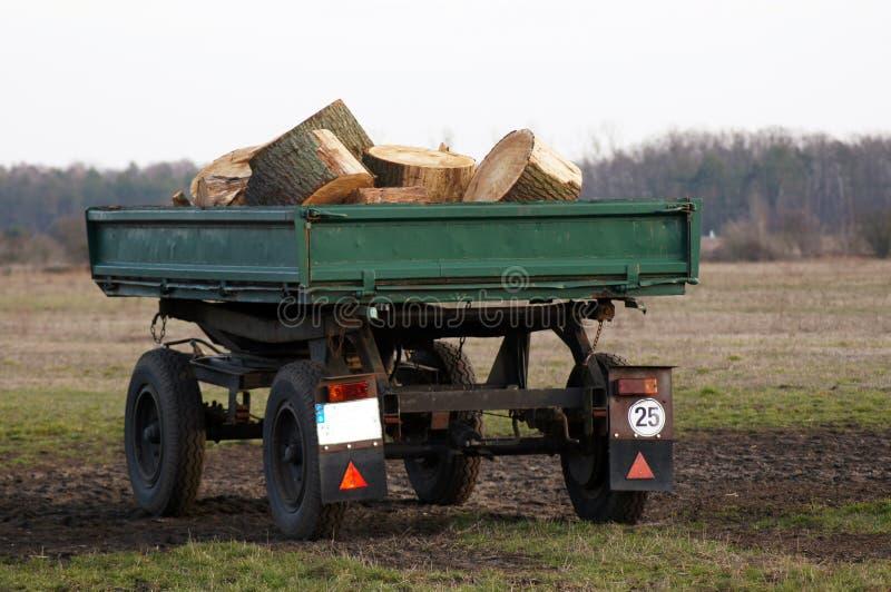 Ρυμουλκό φορτηγών με το ξύλο για το φούρνο στοκ εικόνα με δικαίωμα ελεύθερης χρήσης