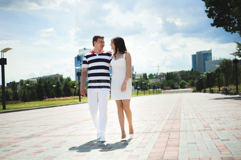 Ρωμανική σχέση αγάπης Χρόνος εξόδων ζεύγους μαζί στο πάρκο στοκ φωτογραφία