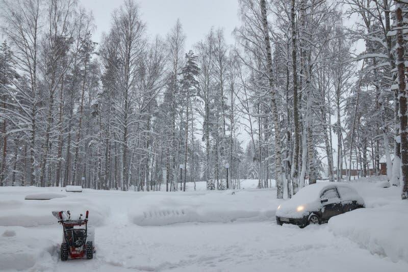 Ρωσία Άγιος-Πετρούπολη προαστιακός Τον Ιανουάριο του 2019 πτώση ισχυρής χιονόπτωσης αυτοκίνητο με το χιόνι στοκ εικόνα