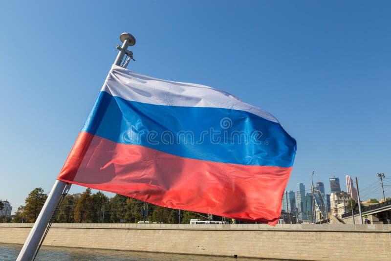 Ρωσική σημαία στον ποταμό της Μόσχας στο υπόβαθρο, Ρωσία στοκ εικόνα