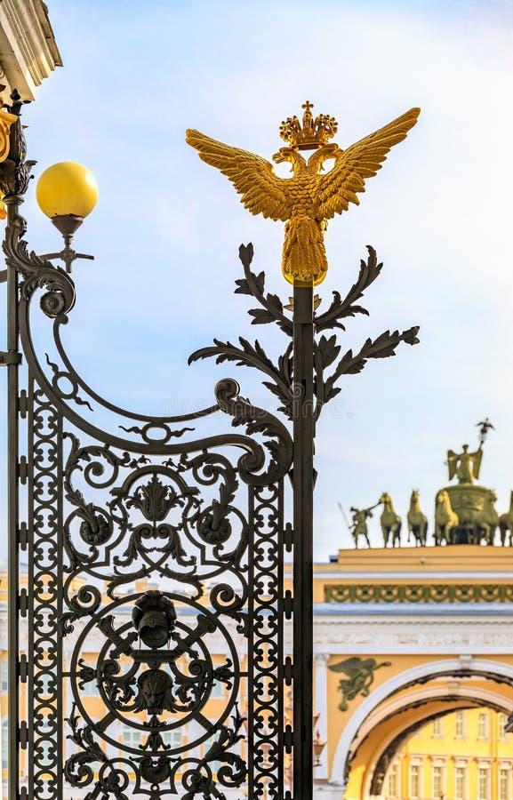 Ρωσικός αυτοκρατορικός διπλός διευθυνμένος αετός καλύψεων των όπλων στην πύλη ερημητηρίων σε Άγιο Πετρούπολη Ρωσία και αψίδα του  στοκ φωτογραφίες με δικαίωμα ελεύθερης χρήσης