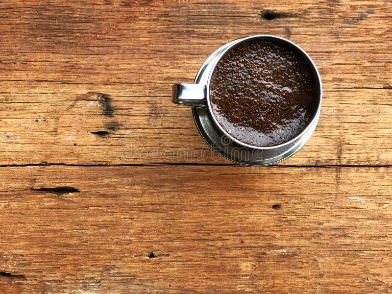 Ύφος καφέ του Βιετνάμ, καφές σταλαγματιάς, νερό μείωσης στον επίγειο καφέ στο ανοξείδωτο φίλτρο στοκ φωτογραφίες