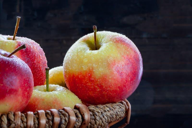 Όμορφα κόκκινα μήλα σε ένα καλάθι στοκ εικόνες