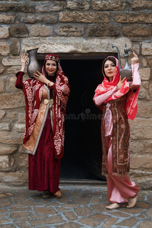 Όμορφες Μεσο-Ανατολικές γυναίκες που φορούν το παραδοσιακό φόρεμα, που θέτει υπαίθρια στοκ εικόνα με δικαίωμα ελεύθερης χρήσης