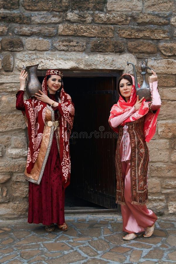 Όμορφες Μεσο-Ανατολικές γυναίκες που φορούν το παραδοσιακό φόρεμα, που θέτει υπαίθρια στοκ φωτογραφίες με δικαίωμα ελεύθερης χρήσης