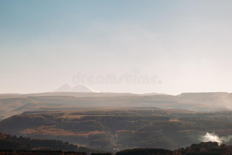 Όμορφη άποψη του υποστηρίγματος Elbrus στο ηλιοβασίλεμα στοκ φωτογραφία