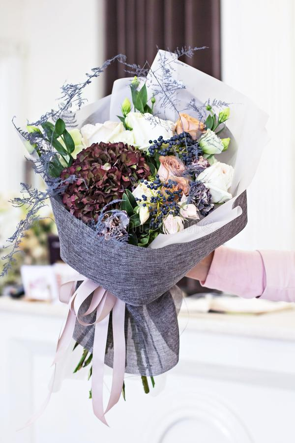 Όμορφη ανθοδέσμη μέσα με τα τριαντάφυλλα και το σκοτεινό πορφυρό hydrangea στοκ φωτογραφίες
