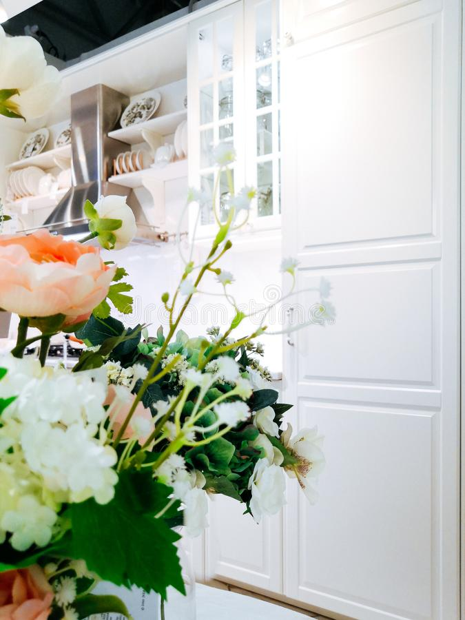 Όμορφη ανθοδέσμη των λουλουδιών σε ένα βάζο σε μια σύγχρονη κουζίνα στα φωτεινά χρώματα στοκ εικόνες