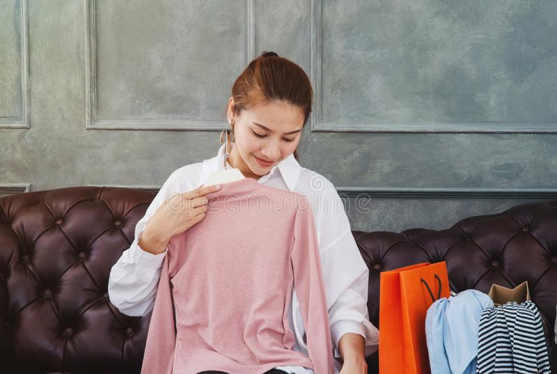 Όμορφη ασιατική συνεδρίαση γυναικών στον καναπέ στοκ εικόνα