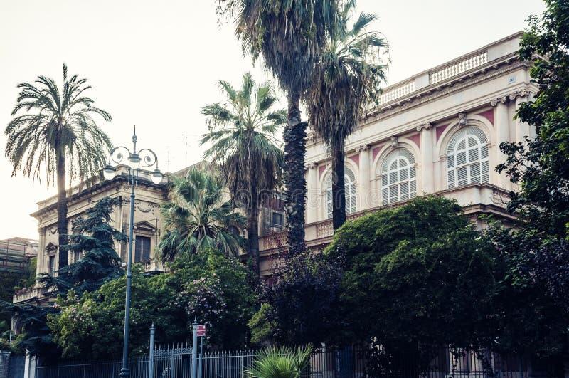 Όμορφη εικονική παράσταση πόλης της Ιταλίας, ιστορική οδός της Κατάνια, Σικελία, πρόσοψη των παλαιών κτηρίων στοκ εικόνες