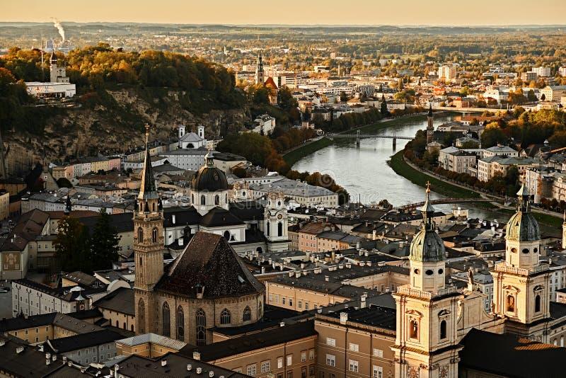 Όμορφη εναέρια άποψη ηλιοβασιλέματος σχετικά με το Σάλτζμπουργκ, Αυστρία, Ευρώπη Πόλη στις Άλπεις της γέννησης Μότσαρτ Πανοραμική στοκ φωτογραφίες με δικαίωμα ελεύθερης χρήσης