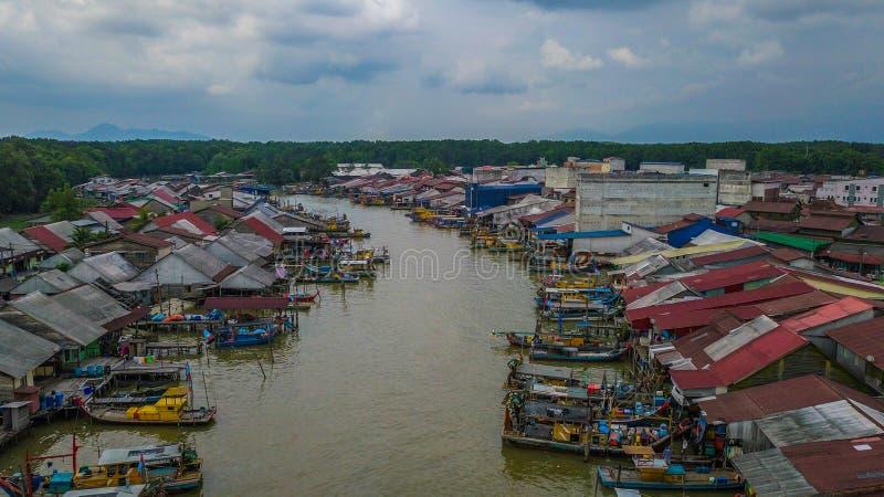Όμορφη εναέρια άποψη τοπίων του χωριού ψαράδων στην Κουάλα Spetang Μαλαισία στοκ φωτογραφία