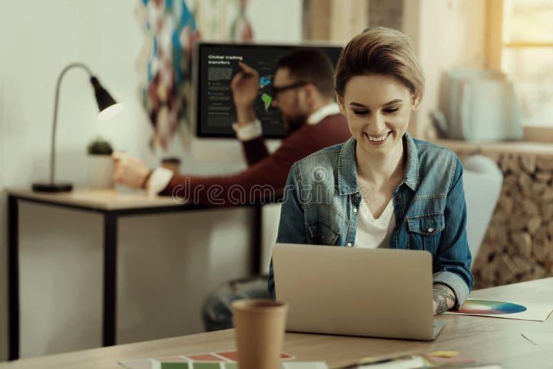 Όμορφη επιχειρηματίας που εργάζεται στο lap-top της στο γραφείο στοκ φωτογραφίες με δικαίωμα ελεύθερης χρήσης