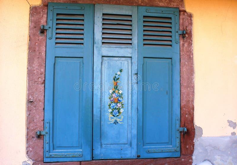 Όμορφη ζωγραφική των λουλουδιών στην ξύλινη πόρτα του παραθύρου στοκ φωτογραφία με δικαίωμα ελεύθερης χρήσης