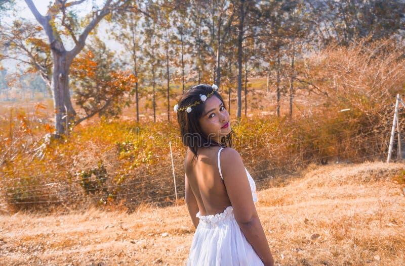 Όμορφη νύφη που εξετάζει τη κάμερα στην ηλιοφάνεια στην ξηρά ζούγκλα το πρωί στοκ φωτογραφίες