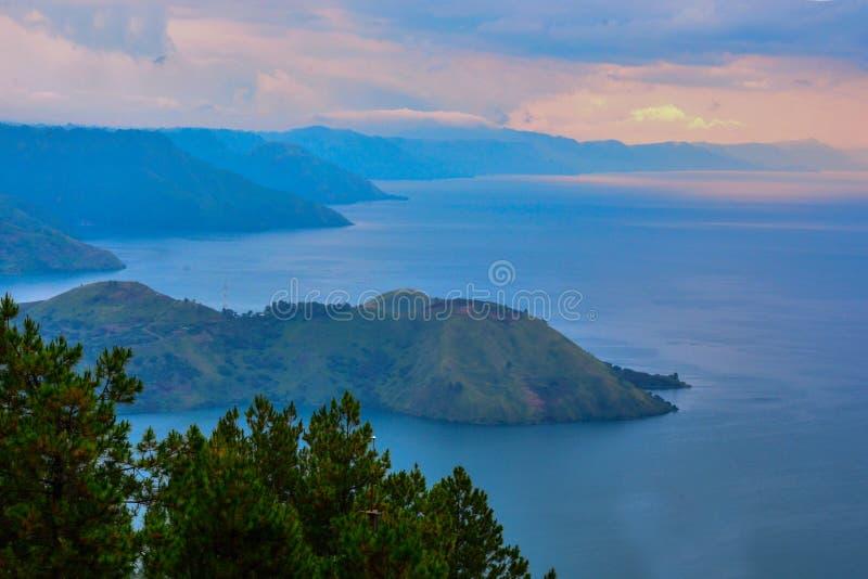 Όμορφη πανοραμική άποψη φύσης της λίμνης Toba από Berastagi, Medan, Ινδονησία στοκ εικόνες