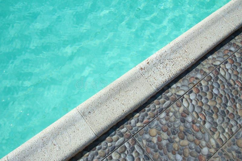 Όμορφη πισίνα στο ξενοδοχείο παραλιών στο υπόβαθρο πάρκων στοκ φωτογραφία