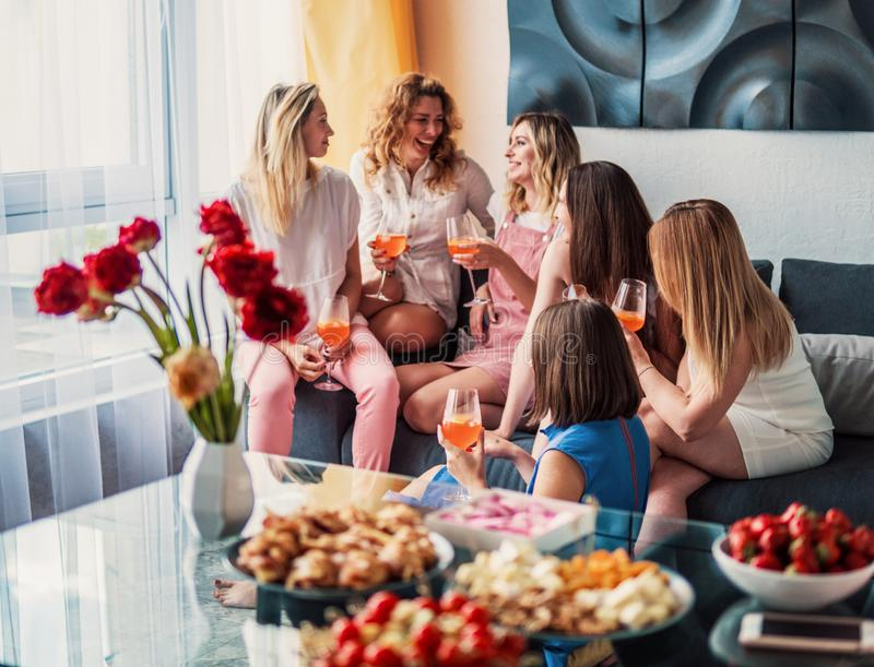 Όμορφοι φίλοι γυναικών που έχουν τη διασκέδαση στο κόμμα Bachelorette στοκ φωτογραφία