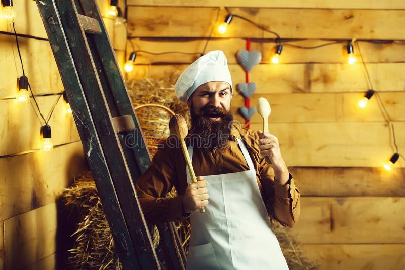 Όμορφος γενειοφόρος μάγειρας αρχιμαγείρων στοκ φωτογραφία