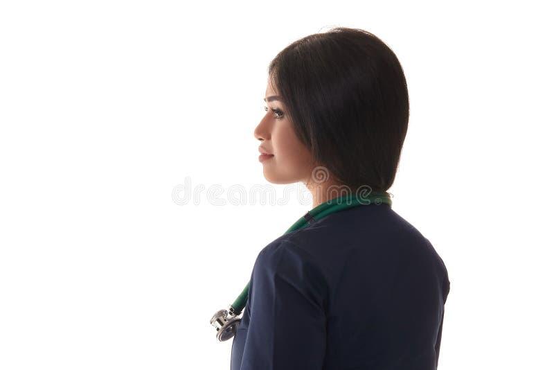 Όμορφος γιατρός brunette σε μια μπλε τήβεννο που απομονώνεται στο λευκό στοκ εικόνες