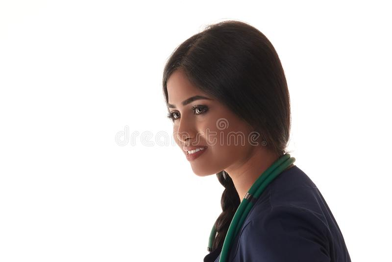 Όμορφος γιατρός brunette σε μια μπλε τήβεννο που απομονώνεται στο λευκό στοκ εικόνα