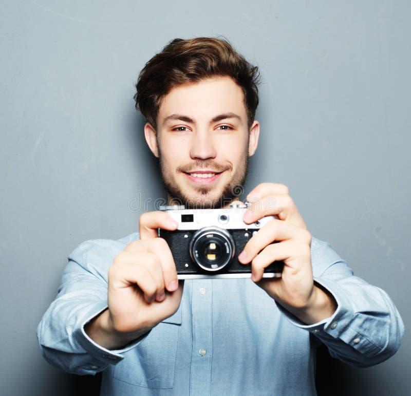 Όμορφος νεαρός άνδρας που εξετάζει τη κάμερα στοκ φωτογραφίες