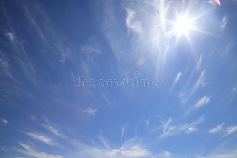 Όμορφος ουρανός με τον ήλιο που λάμπει στο πρωί Santo Angelo στοκ εικόνα με δικαίωμα ελεύθερης χρήσης