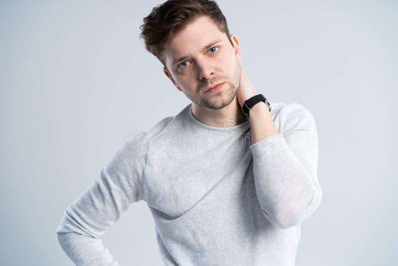 Όμορφος τύπος στην άσπρη μπλούζα, πορτρέτο στοκ εικόνες με δικαίωμα ελεύθερης χρήσης