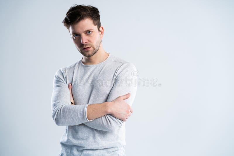 Όμορφος τύπος στην άσπρη μπλούζα, πορτρέτο στοκ εικόνες