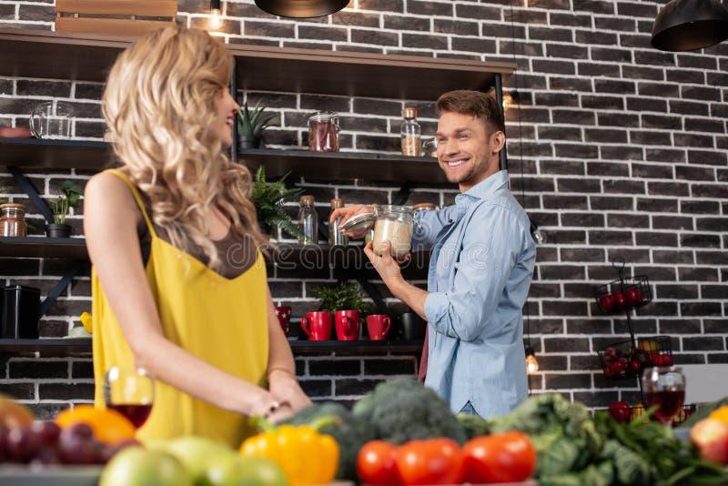 Όμορφος χρόνος εξόδων χαμόγελου συζύγων στην κουζίνα με τη γυναίκα στοκ φωτογραφία με δικαίωμα ελεύθερης χρήσης