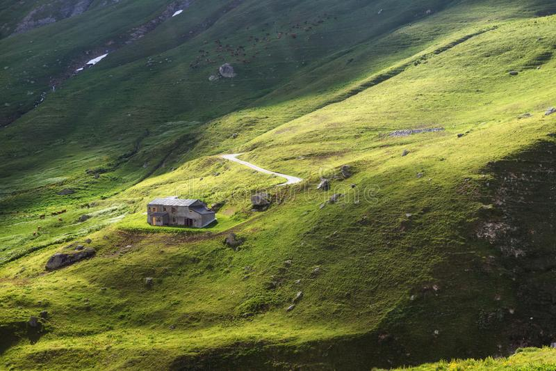 όμορφο βουνό τοπίων Πράσινα αλπικά λιβάδια, σπίτι βουνών Οι αγελάδες βόσκουν στους τομείς πλαστική κόκκινη στάση καρφιτσών χαρτών στοκ φωτογραφία με δικαίωμα ελεύθερης χρήσης