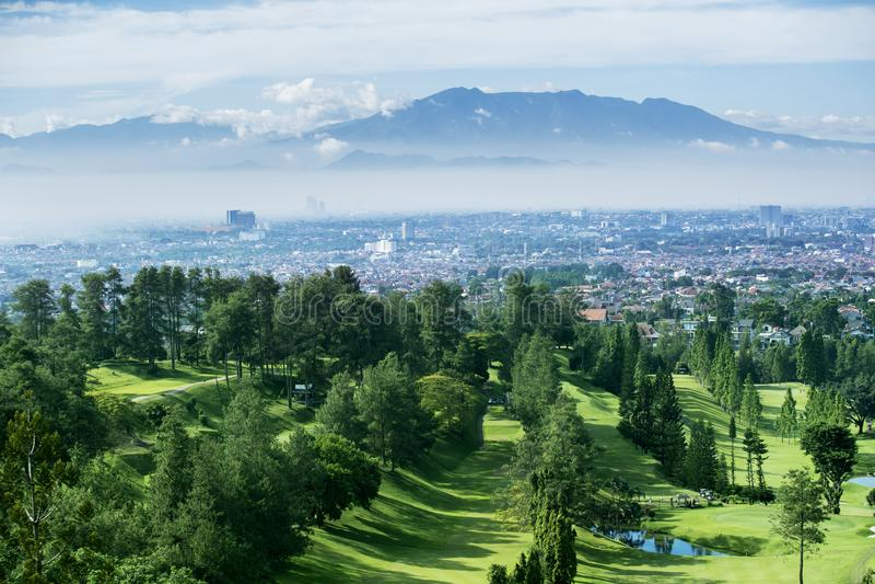 Όμορφο γήπεδο του γκολφ με το misty βουνό στοκ εικόνες