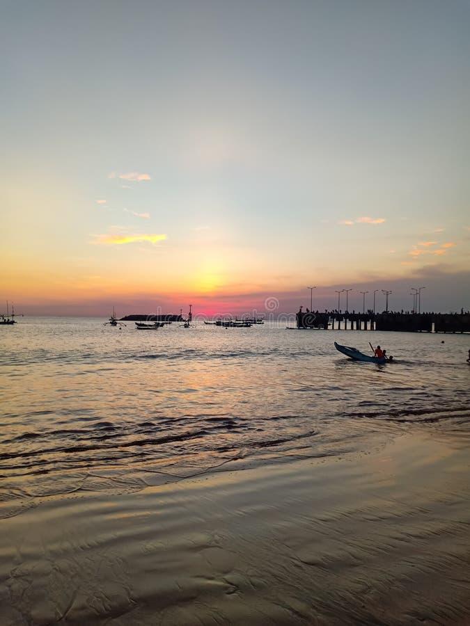 Όμορφο ηλιοβασίλεμα στην ακτή Ινδικού Ωκεανού στοκ εικόνα