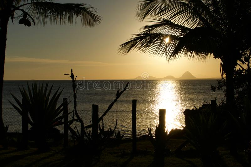 Όμορφο ηλιοβασίλεμα στη βραζιλιάνα παραλία στοκ φωτογραφία