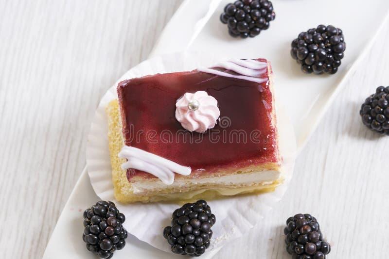 Όμορφο κέικ βατόμουρων στοκ εικόνες