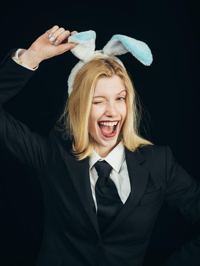 Όμορφο κλείσιμο του ματιού και γλώσσα κοριτσιών λαγουδάκι έξω Ευτυχής γυναίκα στο κλείσιμο του ματιού αυτιών λαγουδάκι Κινηματογρ στοκ εικόνα