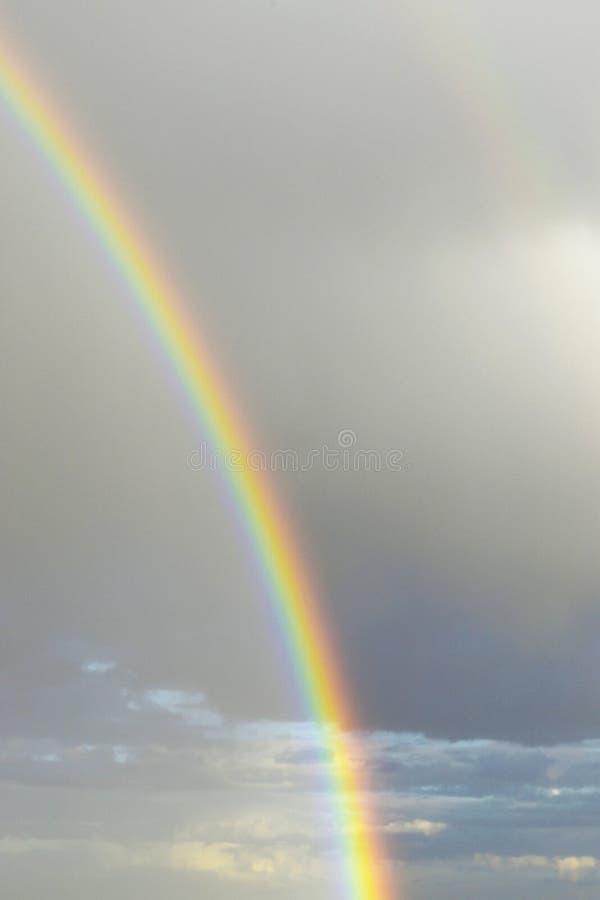 Όμορφο ουράνιο τόξο στο υπόβαθρο των σύννεφων θύελλας στοκ φωτογραφίες με δικαίωμα ελεύθερης χρήσης