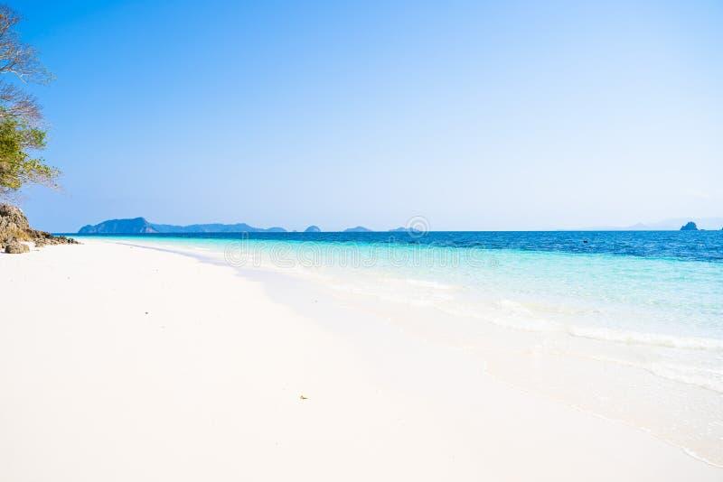 Όμορφο σαφές νερό και άσπρη άμμος στο νησί Nyuang Oo Phee στοκ εικόνα με δικαίωμα ελεύθερης χρήσης