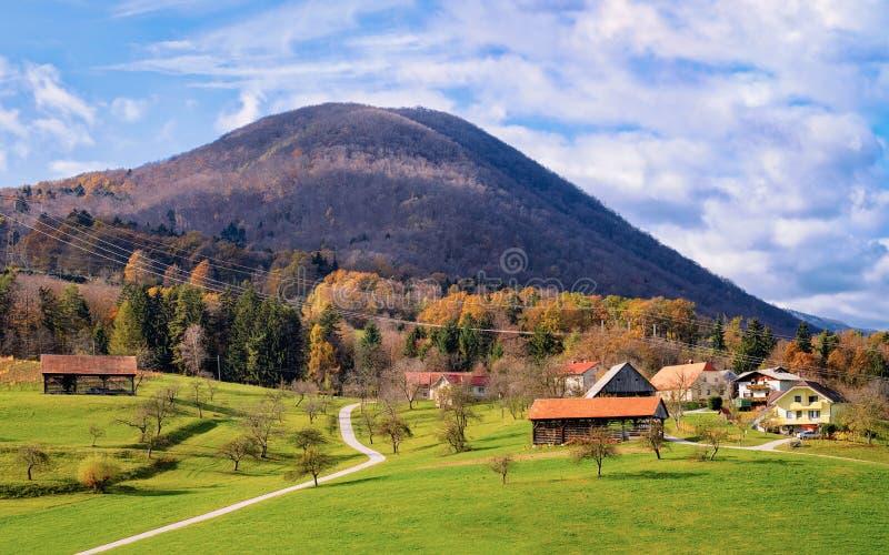 Όμορφο τοπίο με τα βουνά Άλπεων στην αιμορραγημένη λίμνη στη Σλοβενία στοκ εικόνες