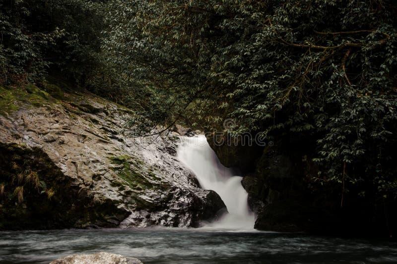 Όμορφο τοπίο του νερού που περιέρχεται στη λίμνη στα λουτρά Aphrodite στοκ εικόνες
