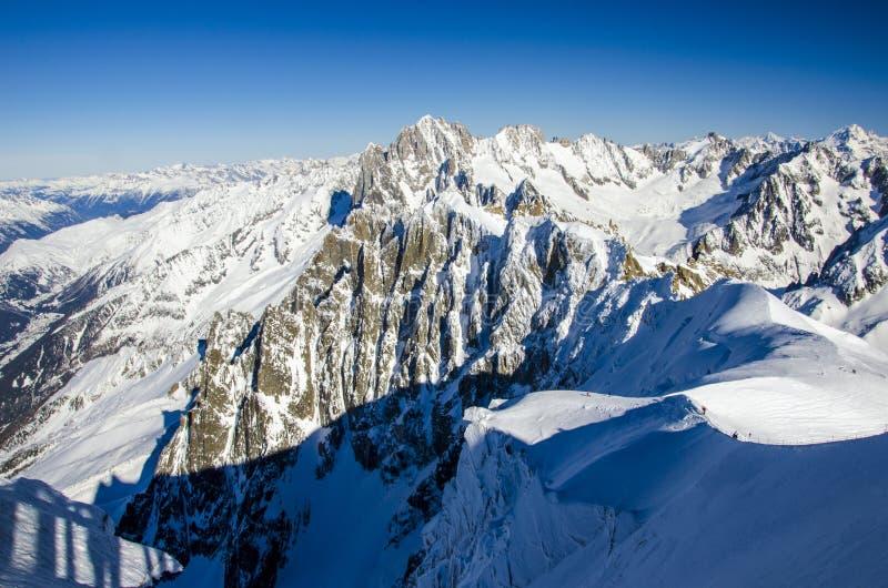 Όμορφο πανόραμα βουνών στις γαλλικές Άλπεις Chamonix Mont Blanc κατά τη διάρκεια του χειμώνα στη Γαλλία Καλύτερη θέση για τις χει στοκ φωτογραφία