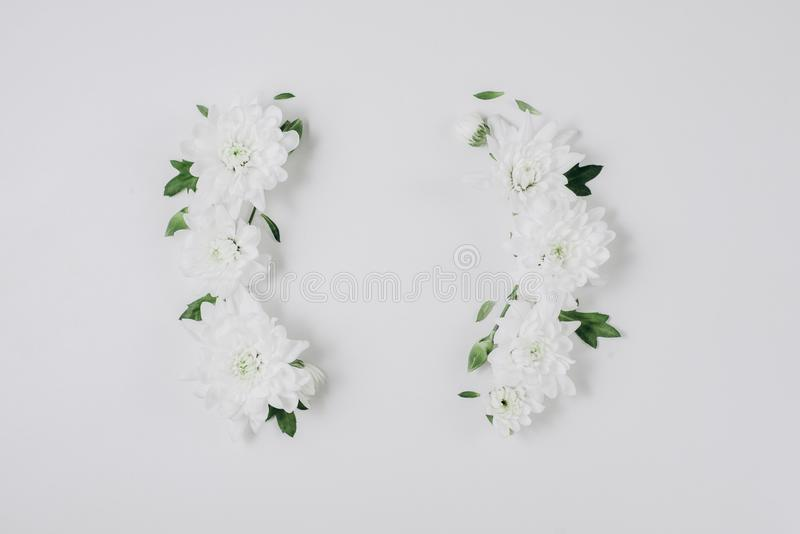 Όμορφο floral στεφάνι των άσπρων floral, πράσινων φύλλων, κλάδοι στο άσπρο υπόβαθρο Επίπεδος βάλτε, τοπ άποψη, διάστημα αντιγράφω στοκ φωτογραφία με δικαίωμα ελεύθερης χρήσης