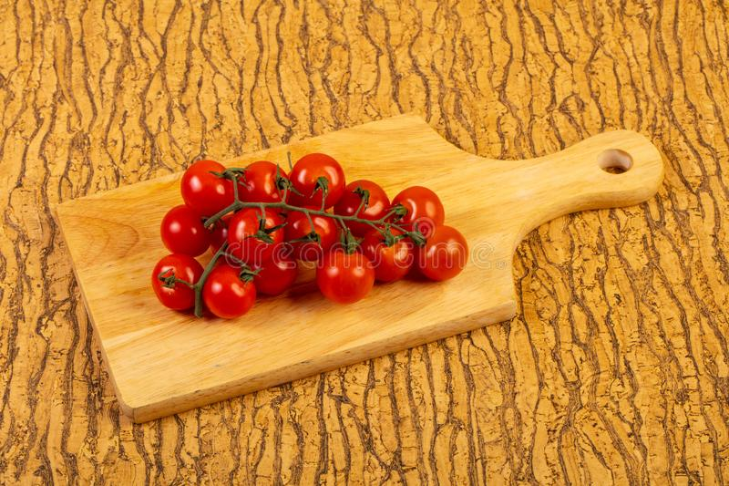 ώριμη ντομάτα κλάδων στοκ φωτογραφία