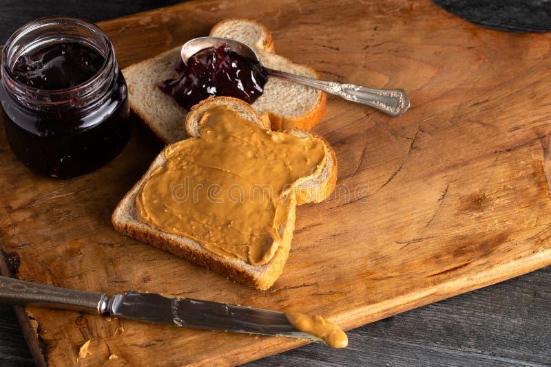 Σάντουιτς φυστικοβουτύρου και ζελατίνας σε έναν ξύλινο μετρητή κουζινών στοκ εικόνες