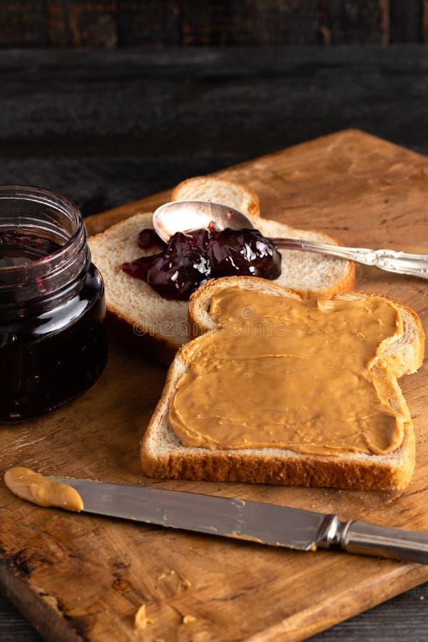 Σάντουιτς φυστικοβουτύρου και ζελατίνας σε έναν ξύλινο μετρητή κουζινών στοκ εικόνα