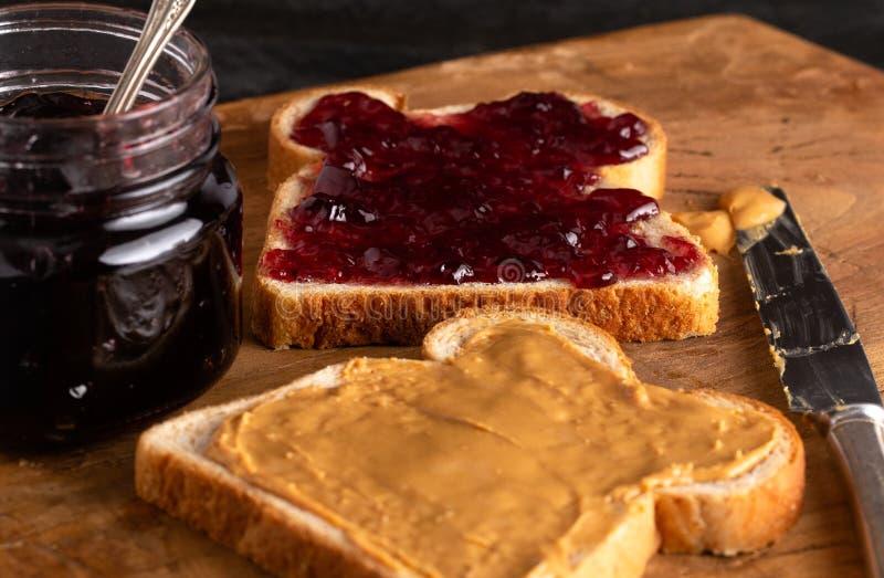 Σάντουιτς φυστικοβουτύρου και ζελατίνας σε έναν ξύλινο μετρητή κουζινών στοκ φωτογραφίες
