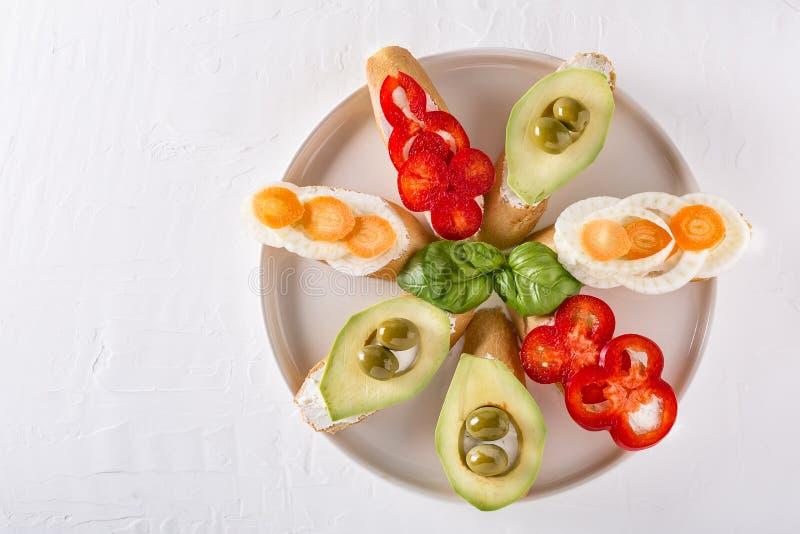 Σάντουιτς που προετοιμάζονται με το ψωμί και τα νόστιμα συστατικά στοκ εικόνα