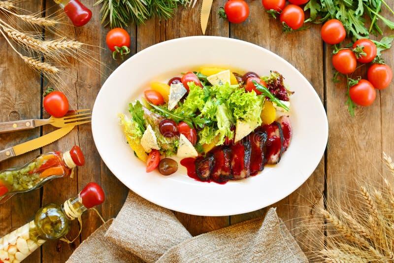 Σαλάτα με το στήθος παπιών, τα πράσινα, τις ντομάτες κερασιών, τα σταφύλια, το τυρί και τα πορτοκάλια σε ένα άσπρο πιάτο, που απο στοκ φωτογραφία με δικαίωμα ελεύθερης χρήσης