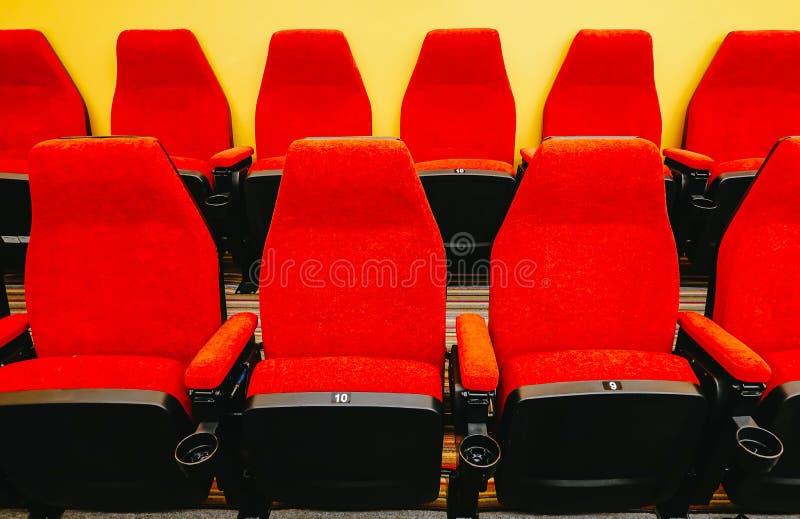 Σειρές των κενών κόκκινων καθισμάτων ή των καρεκλών στη αίθουσα συνδιαλέξεων στοκ εικόνες